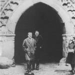 lata 60-70 Maciej Kilarski oraz docent Jerzy Frycz w bramie Zamku Wysokiego w Malborku (FILEminimizer)