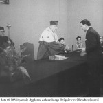 lata 60-70 Wręczenie dyplomu doktorskiego Zbigniewowi Brochowiczowi