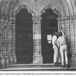lata 60 prof. Gąsiorowski i prof. Tajchman przy portalu kościoła św Jakuba w Sandomierzu