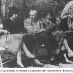 lata 60 prof. Gąsiorowski w otoczeniu studentów zabytkoznawstwa i konserwatorstwa