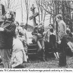 lata 70 Członkowie Koła Naukowego przed cerkwią w Uluczu