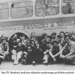 lata 70 studenci podczas objazdu naukowego na Kielecczyźnie