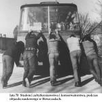 lata 70 studenci zabytkoznawstwa i konserwatorstwa podcza objazdu naukowego w Bieszczadach (FILEminimizer)
